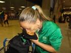 Jogadora Fabi beija medalha de ouro ao chegar em aeroporto do Rio