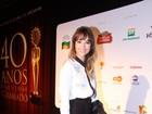 Com look comportado, Juliana Didone posa no tapete vermelho de  Gramado