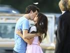 Selena Gomez ganha beijaço em filmagem