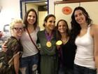 Ivete Sangalo posa com as jogadoras de vôlei que deram ouro ao Brasil