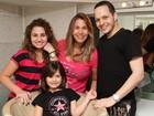 Ex-paquita Sorvetão comemora aniversário da filha em salão