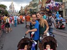 Com as filhas gêmeas, Luciano e a mulher curtem viagem a Disney