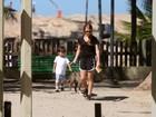 Mariah Rocha leva o filho e o cão para passeio matinal no Arpoador