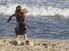 Cleo Pires e Alexandre Nero gravam cena de romance na praia