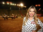 Com batom vermelho, ex-BBB Adriana prestigia festa de Barretos