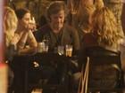 Marcello Novaes, Adriana Esteves e Débora Falabella esticam noite em bar