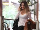 Cleo Pires sorri para paparazzo em shopping do Rio