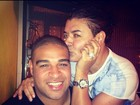 David Brazil brinca com relógio de diamantes do jogador Adriano
