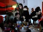 Bem acompanhado, ex-BBB Yuri curte noite em Gramado