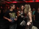 Caio Castro se diverte com amigas em festa do Festival de Gramado