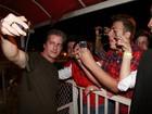 Victor, da dupla com Léo, atende fãs antes de show em Barretos