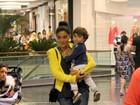 Juliana Paes e o marido levam o filho ao teatro no Rio