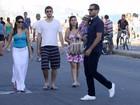 Ricardo Pereira passeia com o filho e a mulher pela orla do Rio