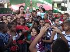 Gracyanne Barbosa leva crianças da Mangueira a parque de diversões