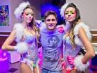 Daniel Rocha posa entre dançarinas em festa: 'agora estou como gosto'