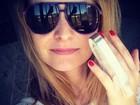 Fernanda Rodrigues machuca o dedo e posta foto com tala no Twitter