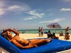 Mulher Melão faz topless em Miami e é observada por gringos