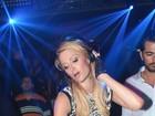 De cinta-liga, Paris Hilton faz caras e bocas ao tocar como DJ