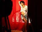 Suyane Moreira 'dança' enquanto fotografa para o Paparazzo