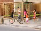 Eduardo Moscovis faz compras com as filhas