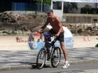 Marcos Caruso pedala e toma água de coco em orla carioca