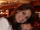Giovanna Antonelli posa agarradinha com marido em churrascaria, no Rio