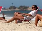 Alexandre Borges vai à praia, mas não tira a camiseta. Ah...