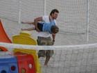 Cássio Reis faz farra com o filho em parquinho, no Leblon, no Rio