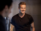David Beckham exibe braços tatuados em fotos para campanha