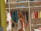 Sophie Charlotte compra biquínis em shopping do Rio