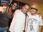 Depois de dia na praia, Thiago Martins prestigia show de amigo no Rio