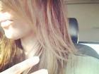 Kim Kardashian muda o visual e faz mechas loiras no cabelo