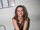 Paula Burlamaqui faz cruzada sensual de pernas em camarim