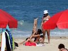 Cynthia Howlett brinca com a filha na praia do Leblon