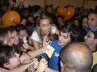 Fãs agarram Fiuk em feira estudantil