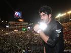 Ex-BBB Rodrigão se empolga, sobe no palco e canta para multidão