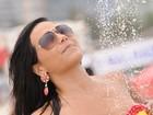 De biquíni colorido, Shayene Cesário toma banho em chuveirinho de praia