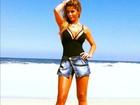 Ex-BBB Cacau mostra pernas e decotão em catálogo de moda