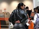 Ex-BBB Kelly dá ajeitadinha indiscreta em aeroporto