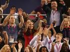 Príncipe William e Kate Middleton fazem a 'ola' nos jogos paralímpicos