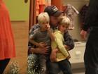 Rodrigo Hilbert faz farra com os filhos gêmeos em shopping no Rio