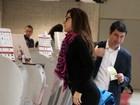 Claudia Raia leva 'conferida' em aeroporto