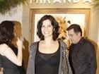 Helena Ranaldi deixa o sutiã à mostra com look transparente em show