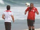 Cheinho, Adriano sua a camisa na praia da Macumba, no Rio