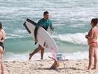 Depois de surfar, Cauã Reymond é assediado por fãs na praia