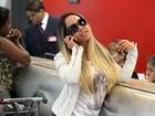 Mulher Melão faz pose ao ver o paparazzo no aeroporto
