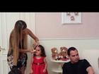 Mulher do cantor Luciano passa maquiagem em uma das gêmeas