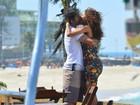 Taís Araújo e Marcos Pasquim gravam cena de beijo em praia