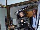 Lady Gaga usa look dark e com penas enormes