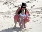 Pink brinca com a filha em praia de Los Angeles